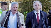 Imatge d'arxiu del periodista del portal Wikileaks Kristinn Hrafnsoon (esquerra) i Julian Assange a la seva arribada a uns jutjats a Londres el 2011