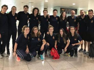 La selecció espanyola femenina a la seva arribada a l'aeroport de Barcelona