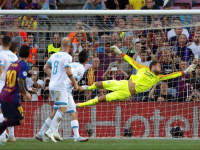 Leo Messi, preparant-se per celebrar el golàs de falta directa que va marcar en el partit contra el PSV