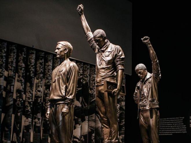 Norman, Smith i Carlos, en l'estàtua del Museu Nacional d'Història i Cultura Afroamericana a Washington