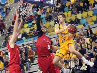 Nikola Dragovic, amb el Tecnyconta Zaragoza, davant Xavi Rabaseda