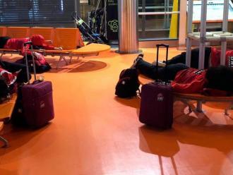 Jugadores estirades en una de les terminals de Barajas, diumenge a la nit