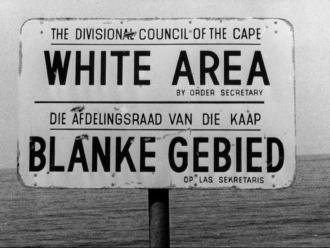Un cartell en una platja sud-africana, marcada com a zona per a blancs, durant els anys de l''apartheid'