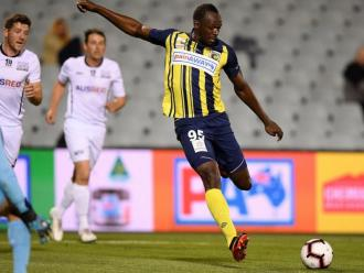 Usain Bolt fa un xut en l'amistós que els Mariners van disputar contra el Macarthur South West United