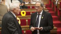 El conseller d'Exteriors, Ernest Maragall, i el president de la Generalitat, Quim Torra, conversen a l'hemicicle del Parlament