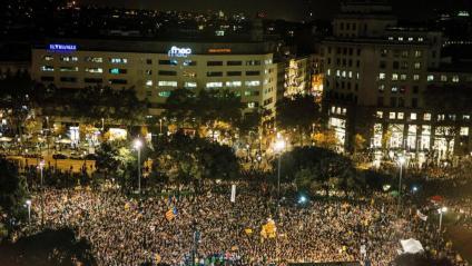 Concentració massiva per reclamar l'alliberament de Jordi Sànchez i Jordi Cuixart, ahir al vespre