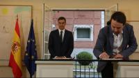 Iglesias signant l'acord per als pressupostos generals de l'Estat del 2019