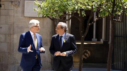 El president de la Generalitat, Quim Torra, i el president de Flandes, Geert Bourgeois, al Pati dels Tarongers, abans de la reunió al Palau de la Generalitat, el 17 de juliol de 2018