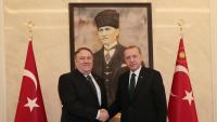 Mike Pompeo i Recep Tayyip Erdogan es donen la mà durant la reunió que van mantenir ahir a Ankara