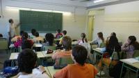 Un professor de secundària fa una classe en un institut