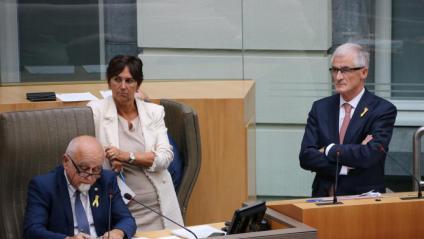 El president del Parlament flamenc, Jan Peumans, i el ministre president de Flandes, Geert Bourgeois, ahir a Bèlgica, lluint llaços grocs