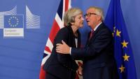 Theresa May saluda Jean-Claude Juncker, en l'arribada a la cimera d'ahir a Brussel·les