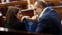 El diputat del PDeCAT, Carles Campuzano, parlant amb Adriana Lastra del PSOE al Congrés