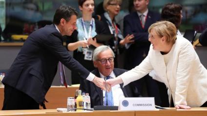Giuseppe Conte i Angela Merkel se saluden en presència del president de la Comissió Europea, Jean-Claude Juncker, ahir a Brussel·les
