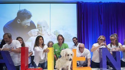 Messi va completar l'escultura del nou centre amb pacients i altres donants