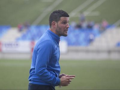 Gerard Albadalejo donant instruccions en un partit del Lleida