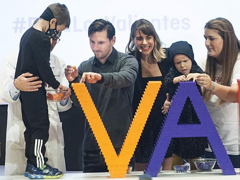 Leo Messi, posant una peça de Lego en l'acte celebrat ahir a l'hospital Sant Joan de Déu de Barcelona