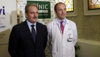 El president de la fundació INVI, Màrius Soler, i el cap del Servei d'Oncologia Mèdica de l'Hospital Clínic, el doctor Aleix Prat, a la Facultat de Medicina de la UB