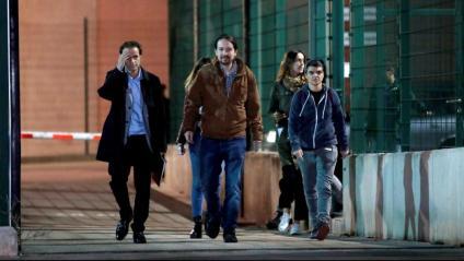 Pablo Iglesias, a la sortida de la presó de Lledoners després d'entrevistar-se amb Junqueras i amb la resta de presos polítics acompanyat pel tinent d'alcalde barceloní Jaume Asens i de la diputada d'En Comú Podem al Congrés Lucía Martín