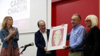 Lluïsa Moret, Miquel Iceta i Antoni Poveda, amb la mare de Carme Chacón i el quadre que han regalat a la família en homenatge a la dirigent socialista