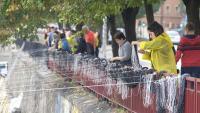 Veïns que han participat en l'acte que s'ha fet al riu Onyar aquest dissabte
