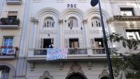 Un grup de suport al raper Pablo Hasél ha entrat a la seu del PSC a Lleida i penja una pancarta al balcó