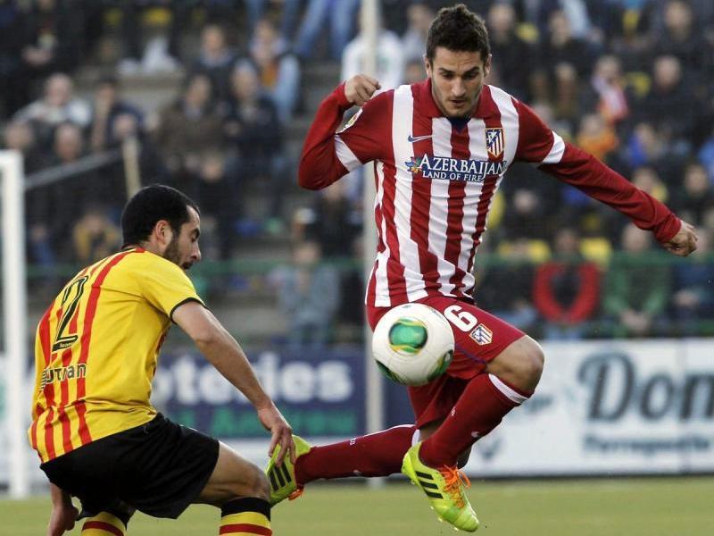 Koke fa un control davant l'andreuenc Xapi Arnau durant el Sant Andreu-Atlético del 2013