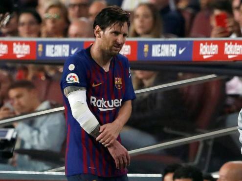 Messi, marxant lesionat als vestidors, en el partit contra el Sevilla