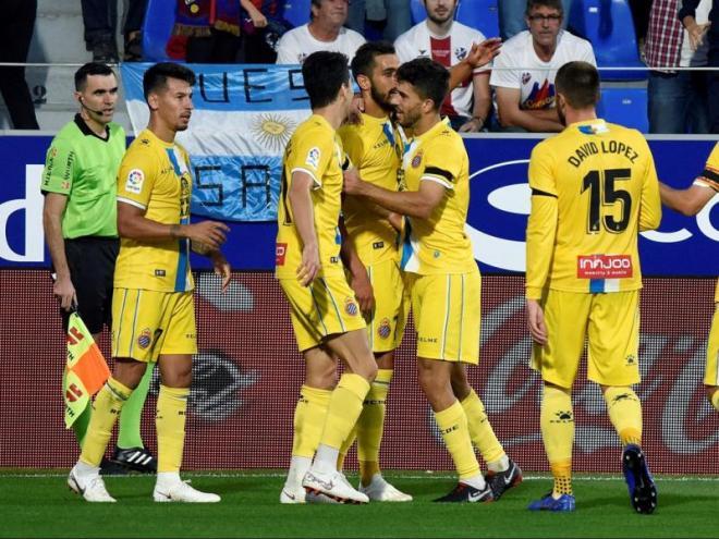 El jugadors de l'Espanyol celebren un dels gols de Borja Iglesias a l'Alcoraz. Primer triomf a domicili