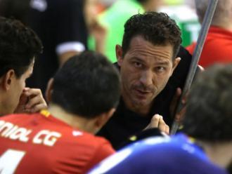 L'entrenador, Ramon Benito, parla amb els seus homes a la banqueta