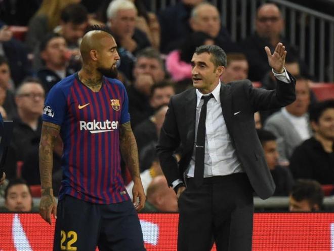 Valverde, donant instruccions a Arturo Vidal en el Tottenham-Barça