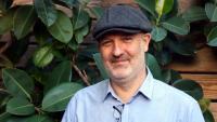David Martí, amb una gorra dels Peaky Blinders, a la roda de premsa