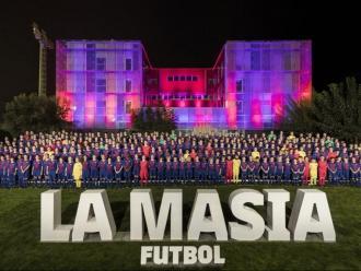 Fotografia de família de tots els jugadors i jugadores que integren el futbol formatiu del Barça la temporada 2018/19