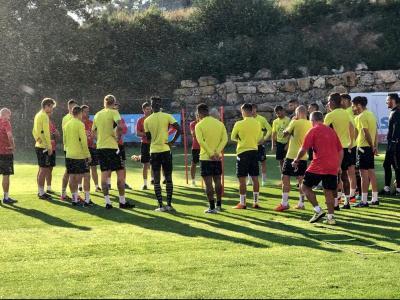 Gordillo parla amb els jugadors abans de començar el seu últim entrenament, ahir a la tarda al Nou Estadi