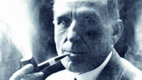 """<b>Pompeu Fabra,</b> fumant pipa. Va ser reconegut des de ben aviat com el """"seny ordenador de la llengua catalana"""""""