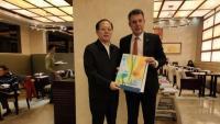 L'alcalde de Banyoles, Miquel Noguer (dreta), amb el ministre d'Esports xinès, Gou Zhongwen