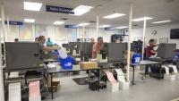 Membres de la comissió electoral de Miami treballen en el recompte de vots de les eleccions de mig mandat als EUA