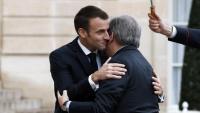 Macron, rebent el secretari general de l'ONU, António Guterres, ahir a l'Elisi
