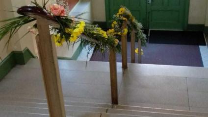 L'escala de l'IES Pau Claris, plena de flors, per celebrar un any de l'1-O