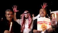 Un home amb una careta del príncep saudita en una protesta a Istanbul