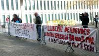 Imatge de la protesta d'avui dimecres davant la Ciutat de la Justícia per demanar la llibertat dels 3 detinguts ahir per la Policia Nacional