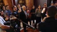 Els diputats participants en la reunió, comentant-la amb els periodistes després de sortir-ne