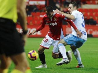 Sebas Coris intenta superar Lasure durant el partit d'ahir al Nou Estadi