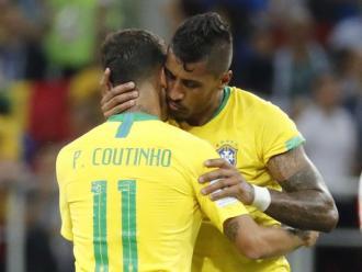 Paulinho abraçant Coutinho en un partit amb Brasil