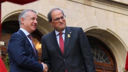 El lehendakari, Iñigo Urkullu, i el president de la Generalitat, Quim Torra, encaixen les mans abans de la trobada al Palau d'Ajuria Enea