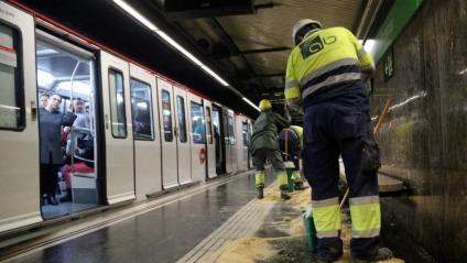 Operaris treballant al metro a Barcelona
