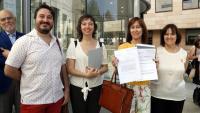 Membres de l'Associació d'Advocacia per la Democràcia a Lleida, davant els jutjats de Lleida, ensenyant la querella contra Manso i Pérez de los Cobos