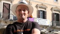 """Pla de l'actor Toni Albà a la plaça de la Vila de Vilanova i la Geltrú, amb una pancarta de """"Llibertat presos polítics"""" al fons"""