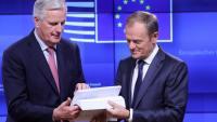 Michel Barnier, negociador de la UE per al Brexit, entrega l'esborrany de l'acord a Donald Tusk