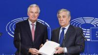 Antonio Tajani president del Parlament Europeu, ahir amb l'esborrany de l'acord